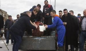 Λάρισα: Κτηνοτρόφοι χύνουν γάλα και καίνε άχυρα (pics)