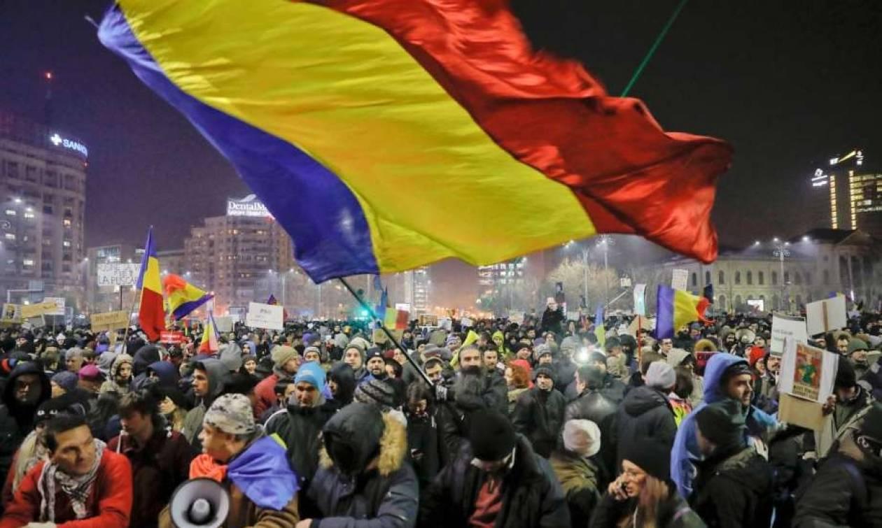 Ρουμανία: Σε άτακτη υποχώρηση η κυβέρνηση στη σκιά των μαζικών διαδηλώσεων