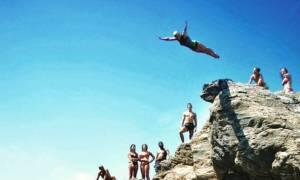 Εσείς θα το κάνατε; Βουτιά από τα 17 μέτρα μέσα σε πισίνα πλοίου (vids)