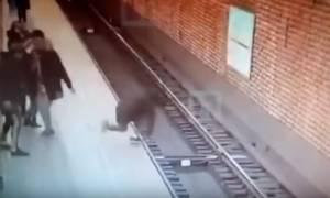 Τρομακτικό βίντεο: Έσπρωξε τον φίλο του στις γραμμές του μετρό και τον σκότωσε!