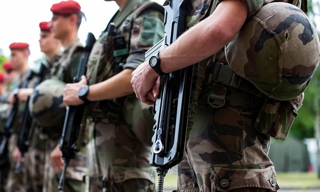 Σάλος από γκάφα στρατιωτών: Τους έκλεψαν τα όπλα ενώ έτρωγαν σε φαστφουντάδικο!