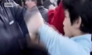Βίντεο - ΣΟΚ: Γροθιές αστυνομικού – προσφυγόπουλου on camera