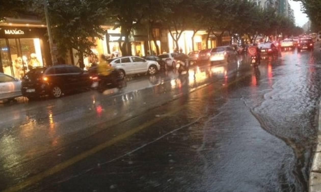 Κακοκαιρία: Οι δυνατοί άνεμοι ξεκόλλησαν ακόμα και λαμαρίνες - Ζημιές σε αυτοκίνητα στην Πάτρα