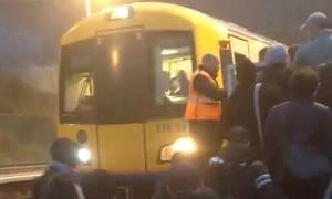 Πανικός στο Λονδίνο: Πυρκαγιά σε τρένο εν κινήσει – Αναφορές για πολλούς τραυματίες (Pics)