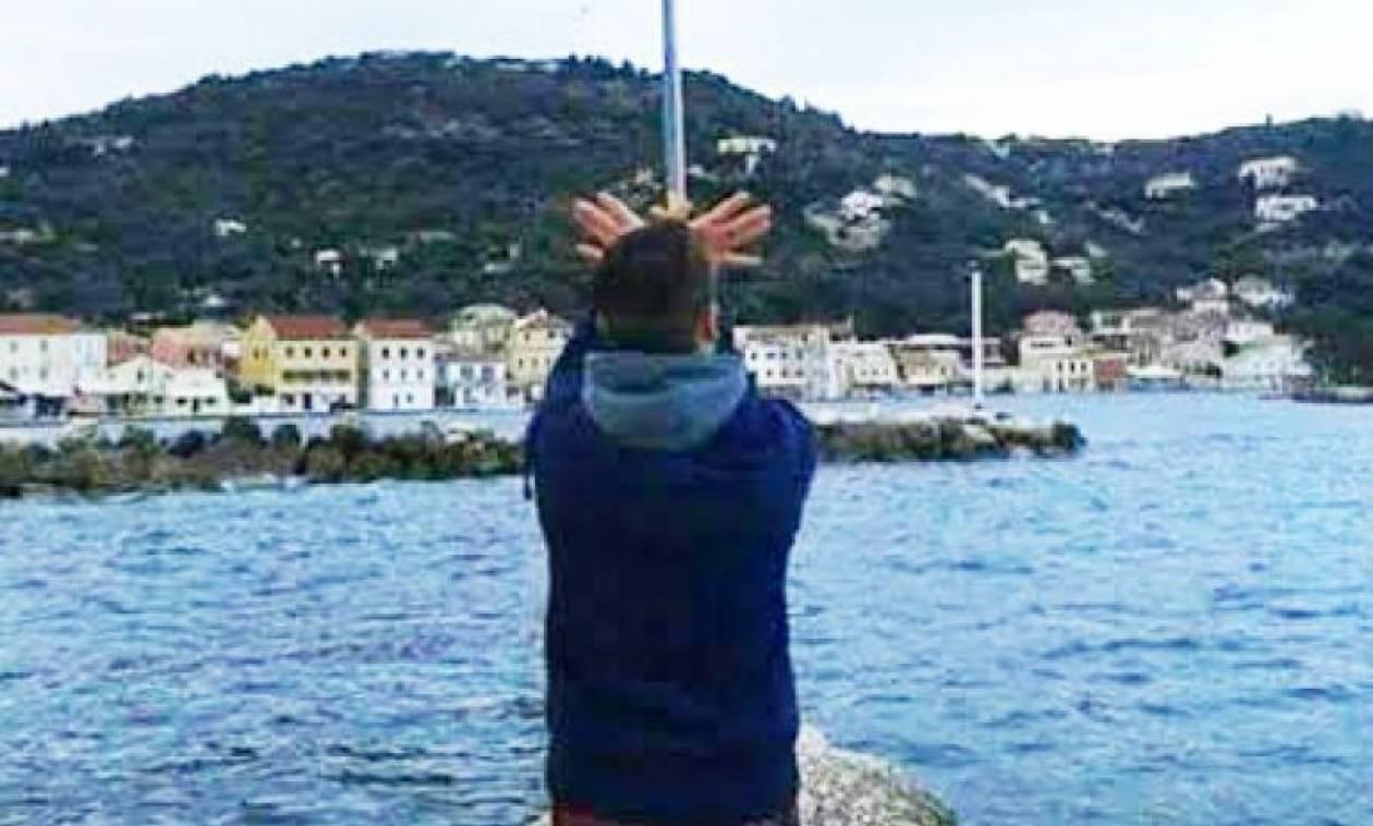 Πρόκληση στους Παξούς: Ανήλικος Αλβανός σχημάτισε τον αλβανικό αετό κάτω από την ελληνική σημαία!