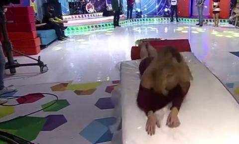 Αποκαλυπτικό βίντεο: Παρουσιάστρια ξέχασε πως δεν φορούσε εσώρουχο και ξάπλωσε με τα πόδια ανοιχτά