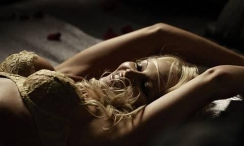 Σάλος στο διαδίκτυο με νέο βίντεο της Πάμελα Άντερσον: Περιμένει να παίξει γυμνή με τα sex toys της