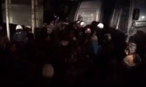 Μπλόκα αγροτών: Σε πεδίο μάχης μετατράπηκε ο δρόμος προς το αεροδρόμιο Μακεδονία (vid)