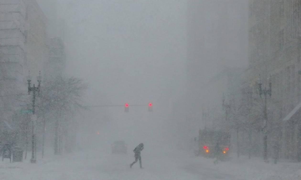 Στο έλεος σφοδρής χιονοθύελλας η Νέα Υόρκη - Ένας νεκρός (pics+vids)
