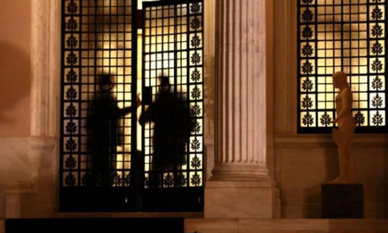 «Ναι σε όλα» από την κυβέρνηση: Και μείωση αφορολόγητου και ομαδικές απολύσεις