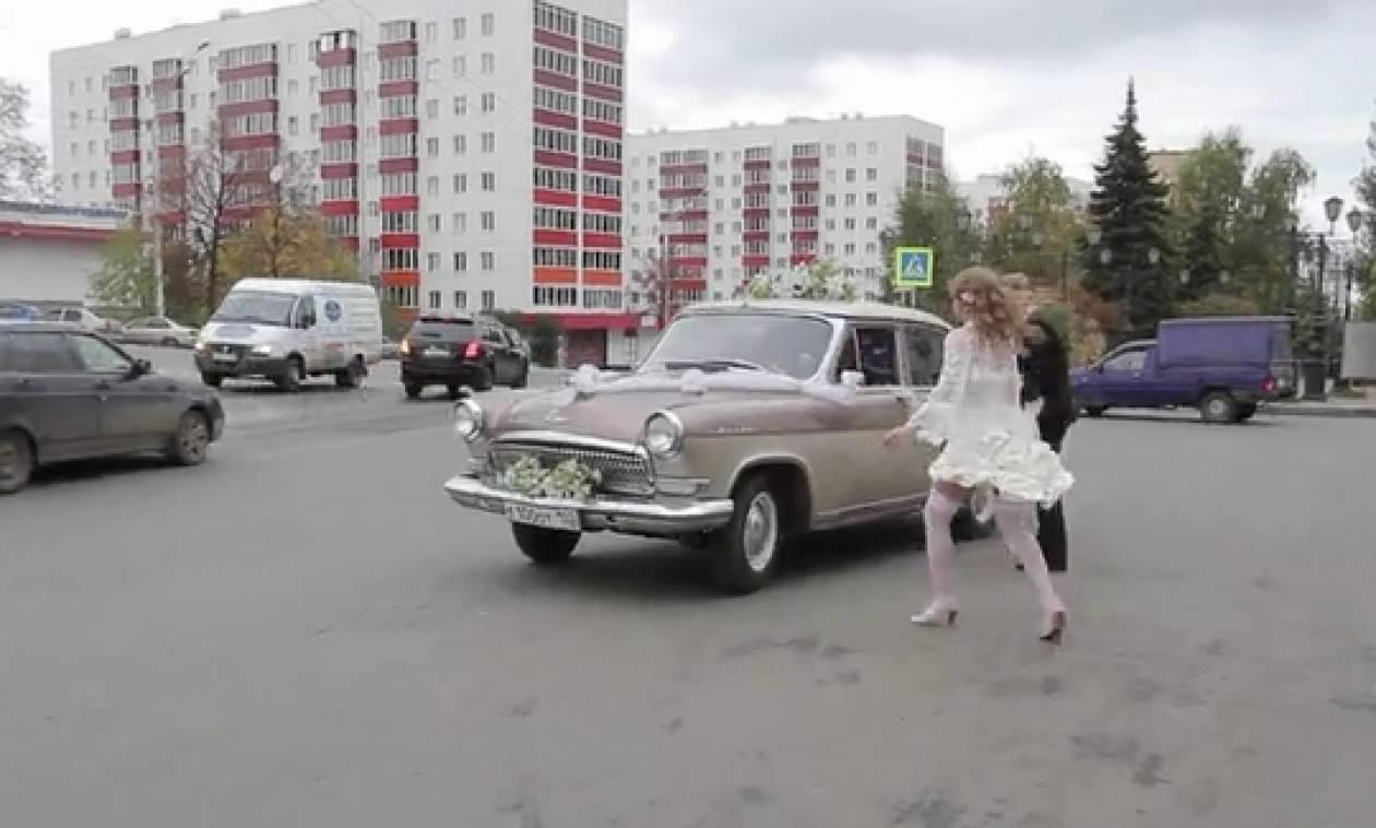 Απίστευτο σέξι ατύχημα: Αυτοκίνητο πήρε το... νυφικό της νύφης κι έφυγε (video)