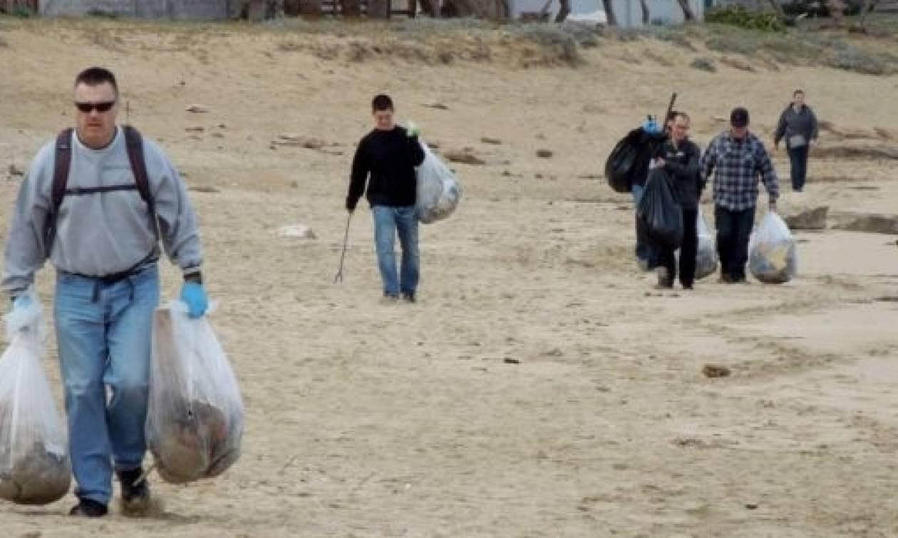 Χανιά: Το πλήρωμα του αμερικανικού αεροπλανοφόρου καθάρισε την παραλία του Σταυρού (pics)