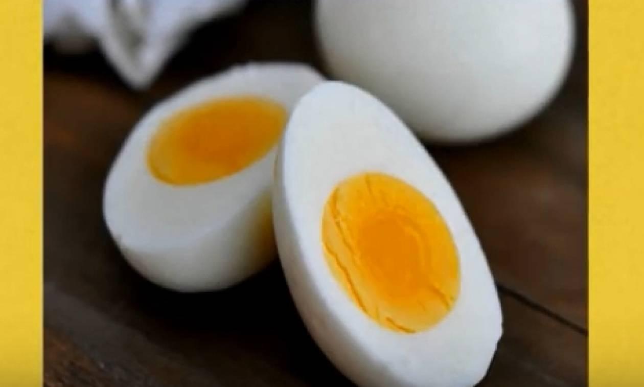 Τρώει καθημερινά ένα αυγό. Δείτε τις αλλαγές στο σώμα του (video)