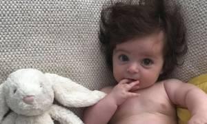 Εξι μηνών μωρό με πολύ -πολύ όμως- μαλλί τρελαίνει το internet
