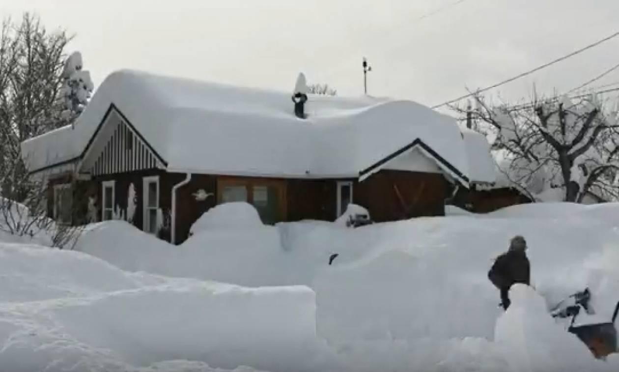 Ενα μέτρο φρέσκο χιόνι σε 4 μέρες και ένα βίντεο... πιλότος καθαρισμού αποκλεισμένης οικίας (video)