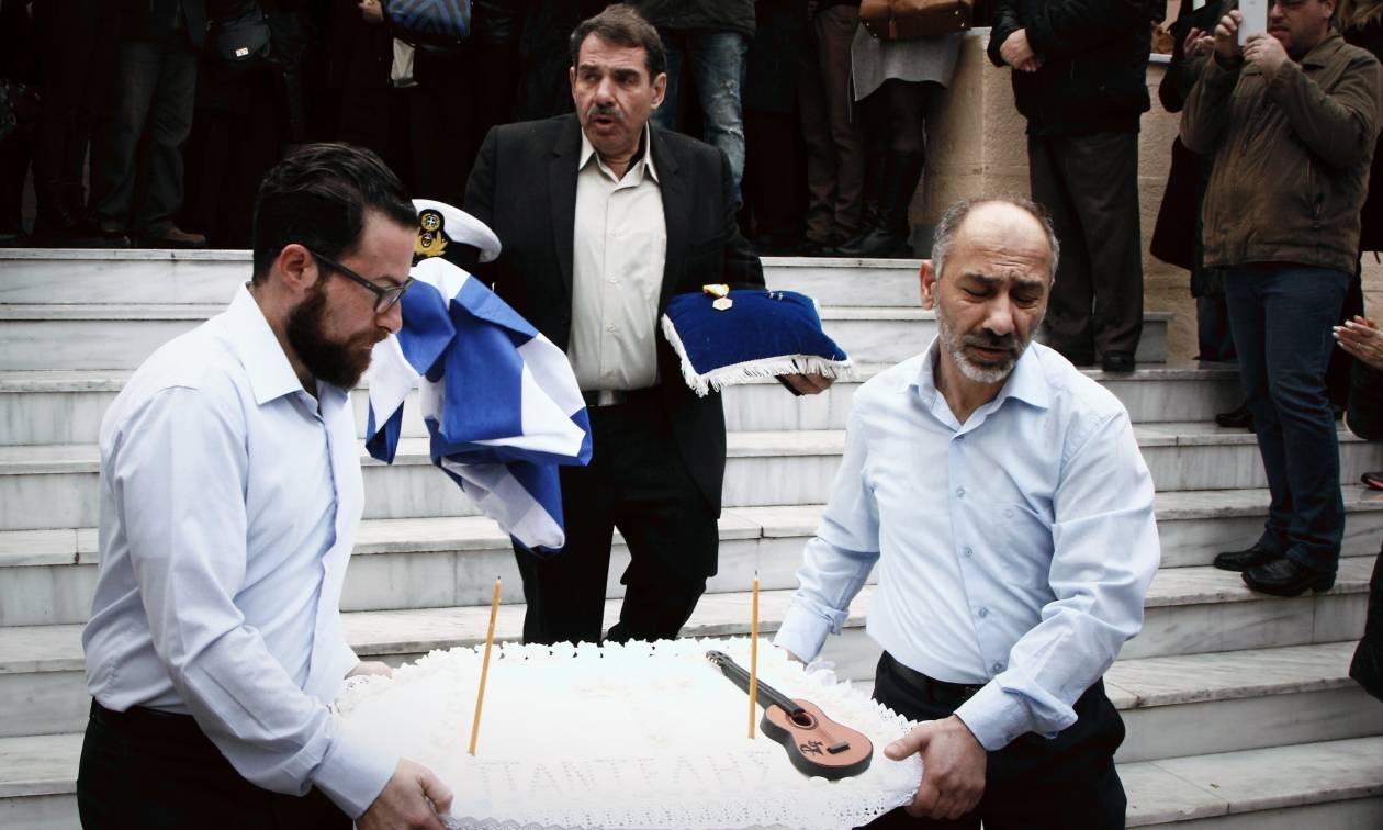 Μνημόσυνο Παντελίδη: Η ελληνική σημαία, το πηλίκιο και το παρατεταμένο χειροκρότημα