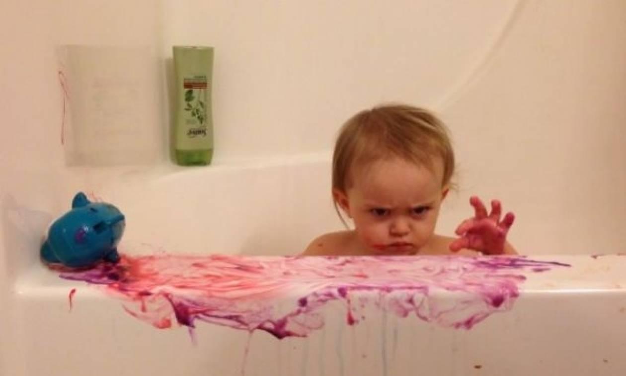 Το internet κάνει πάρτυ με τη θυμωμένη φατσούλα αυτής της μικρής στο μπάνιο!