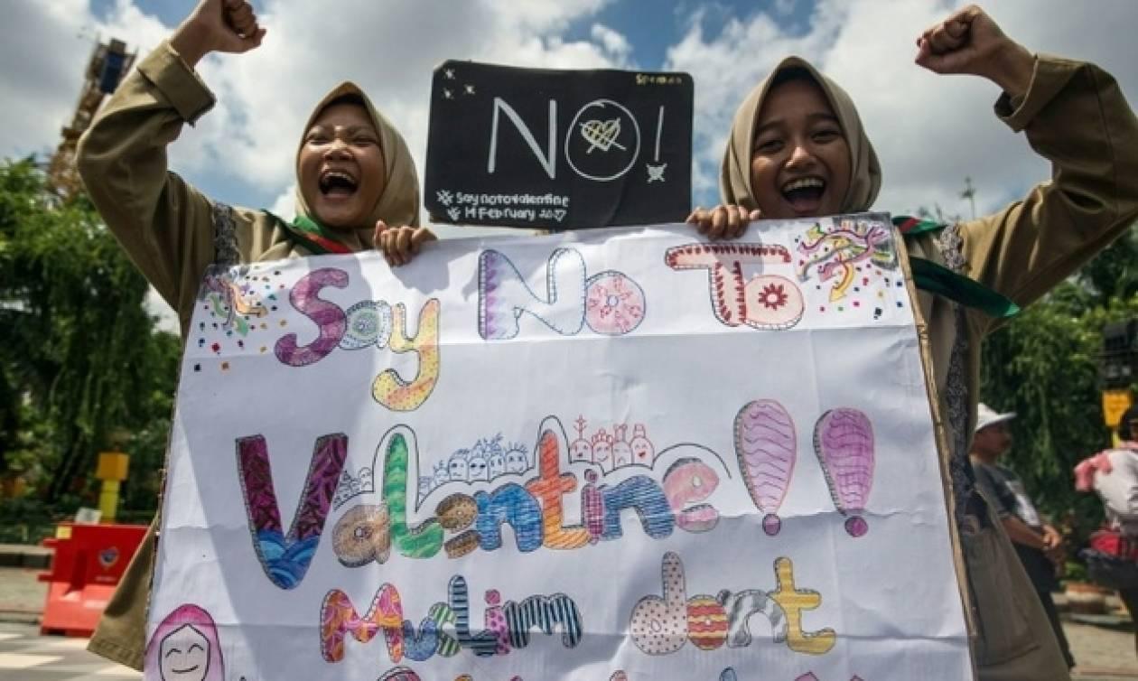 Μουσουλμάνες μαθήτριες στην Ινδονησία διαδηλώνουν κατά του Αγίου Βαλεντίνου