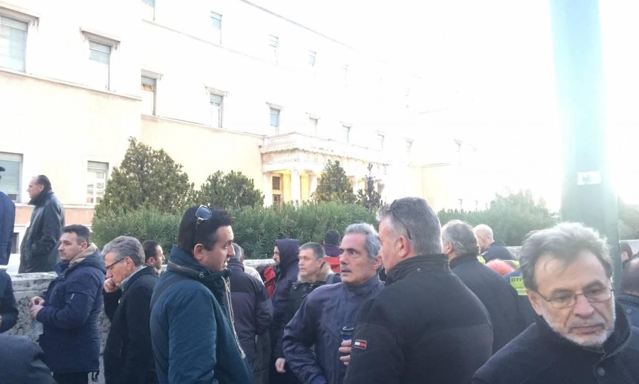 Έξω από τη Βουλή οι πυροσβέστες (photos)