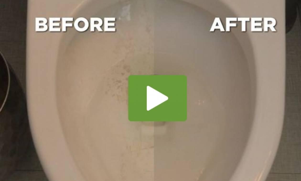 Εσείς ακόμα τρίβετε; Τρία απίθανα κόλπα για να είναι πάντα καθαρή η λεκάνη στο μπάνιο σας (video)
