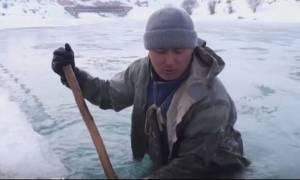 Ψάχνοντας χρυσό σε παγωμένη λίμνη στο Κιργιστάν (vid)