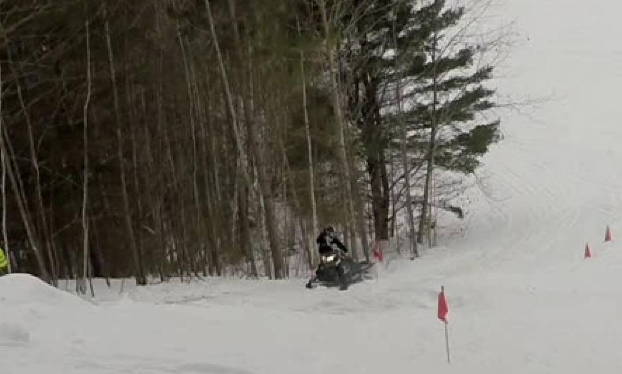 Τον έσωσε το κράνος: Τον πέταξε το Snowmobile με το κεφάλι στο δέντρο (Video)
