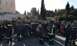 Συγκέντρωση διαμαρτυρίας πραγματοποίησαν πυροσβέστες στο Σύνταγμα (pics&vid)