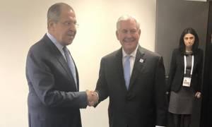 Λαβρόφ στην πρώτη του συνάντηση με Τίλερσον: Η Μόσχα δεν επεμβαίνει στις εσωτερικές υποθέσεις (vids)
