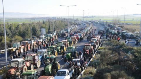 Αγρότες: Αποχωρούν τα τρακτέρ από το μπλόκο της Νίκαιας