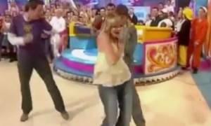 Σάλος στον αέρα: Παρουσιάστρια παιδικής εκπομπής χωρίς σουτιέν αποκάλυψε το στήθος της (video+pics)