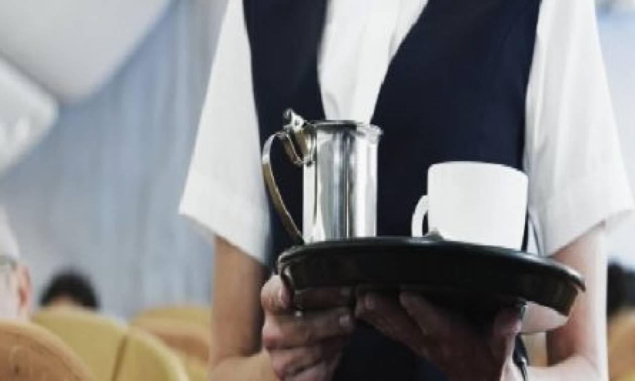 Θα τα χάσετε: Γιατί οι αεροσυνοδοί δεν πίνουν ποτέ νερό στο αεροπλάνο; (video)