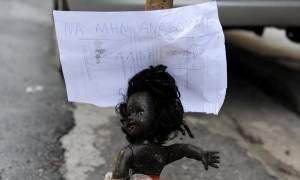 Μυστήριο στην Κυψέλη: Η περίεργη φωτογραφία με τη μαύρη κούκλα και το μήνυμα