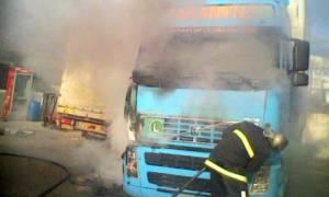 Νταλίκα τυλίχθηκε στις φλόγες έξω από τη Λάρισα