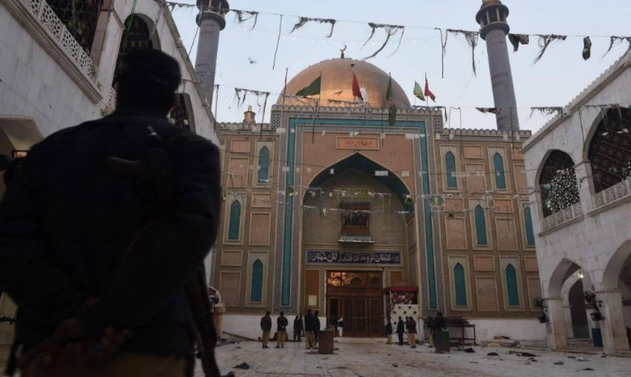 Πακιστάν: Τουλάχιστον 100 «τρομοκράτες» σκοτώθηκαν μετά την πολύνεκρη επίθεση σε ναό