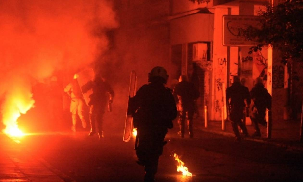 Νέα επίθεση με βόμβες μολότοφ σε διμοιρία των ΜΑΤ στην οδό Τοσίτσα