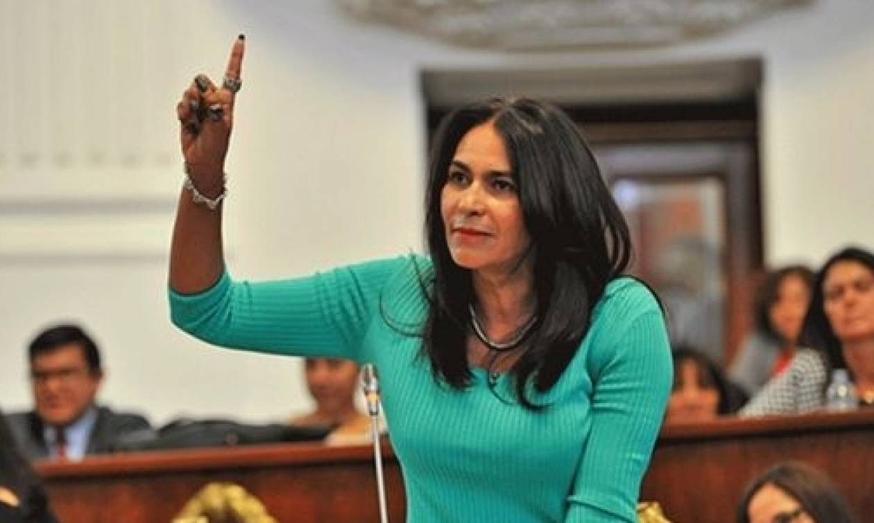 Γυναίκα πολιτικός δίνει μαθήματα σε νέους πώς να βάζουν προφυλακτικό με το στόμα (vid)