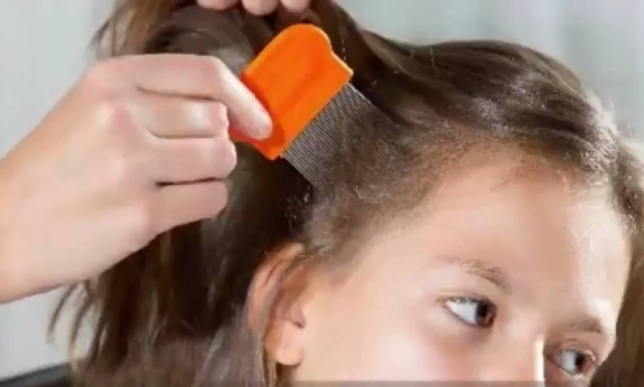 Η κομμώτρια έπαθε σοκ και κάλεσε αμέσως τη μάνα μιας μικρής, όταν είδε στα μαλλιά της... (video)