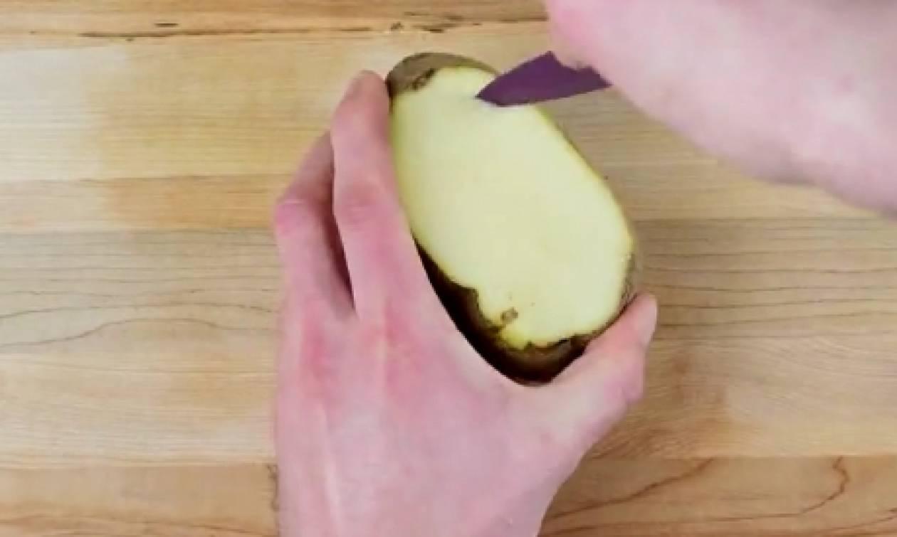 Μόλις δείτε αυτή την ψητή πατάτα, δεν θα θέλετε να τη φάτε αλλιώς, ποτέ ξανά (video)