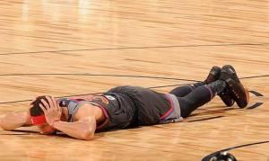 All Star Game: Όταν ο Κάρι τρόμαξε και ξάπλωσε στο παρκέ για να γλιτώσει από τον Αντετοκούνμπο (vid)