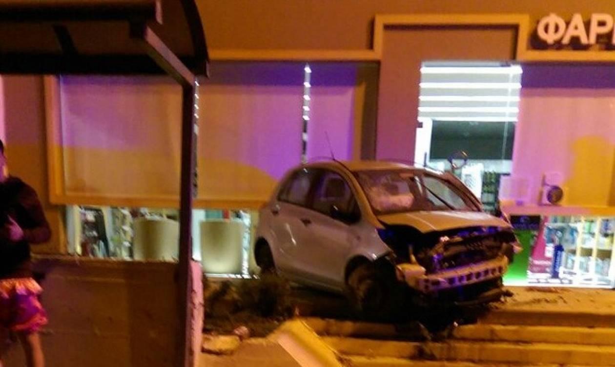 Απίστευτο τροχαίο στη Σούδα! «Ιπτάμενο» αυτοκίνητο εκτινάχτηκε σε φαρμακείο (pics)