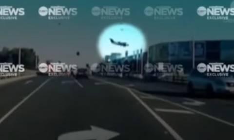 Βίντεο - σοκ: Καρέ - καρέ η συντριβή του αεροσκάφους στη Μελβούρνη (pics+vids)
