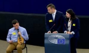 Ο 18χρονος Χανιώτης που μάγεψε το Ευρωκοινοβούλιο με τη λύρα του (vid)