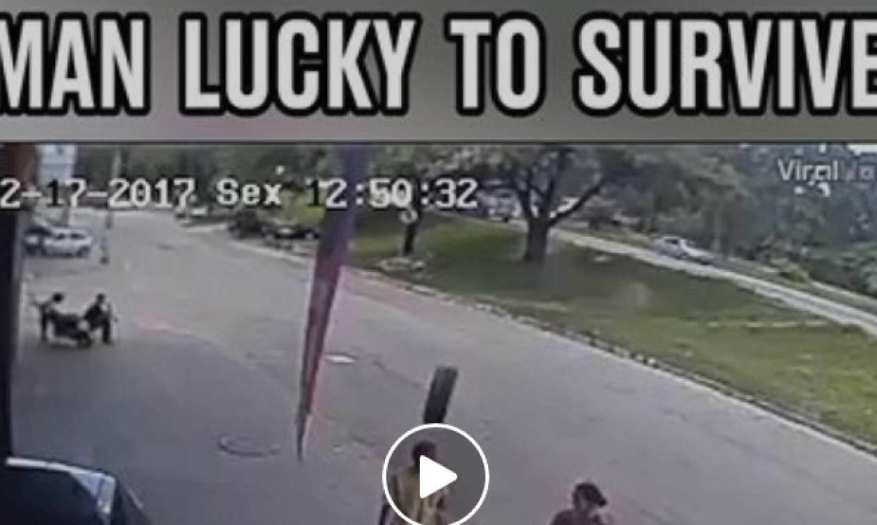 Σοκαριστικές εικόνες: Αν έχεις τύχη... Του καρφώθηκε ρόδα αυτοκινήτου στο κεφάλι, αλλά επέζησε!