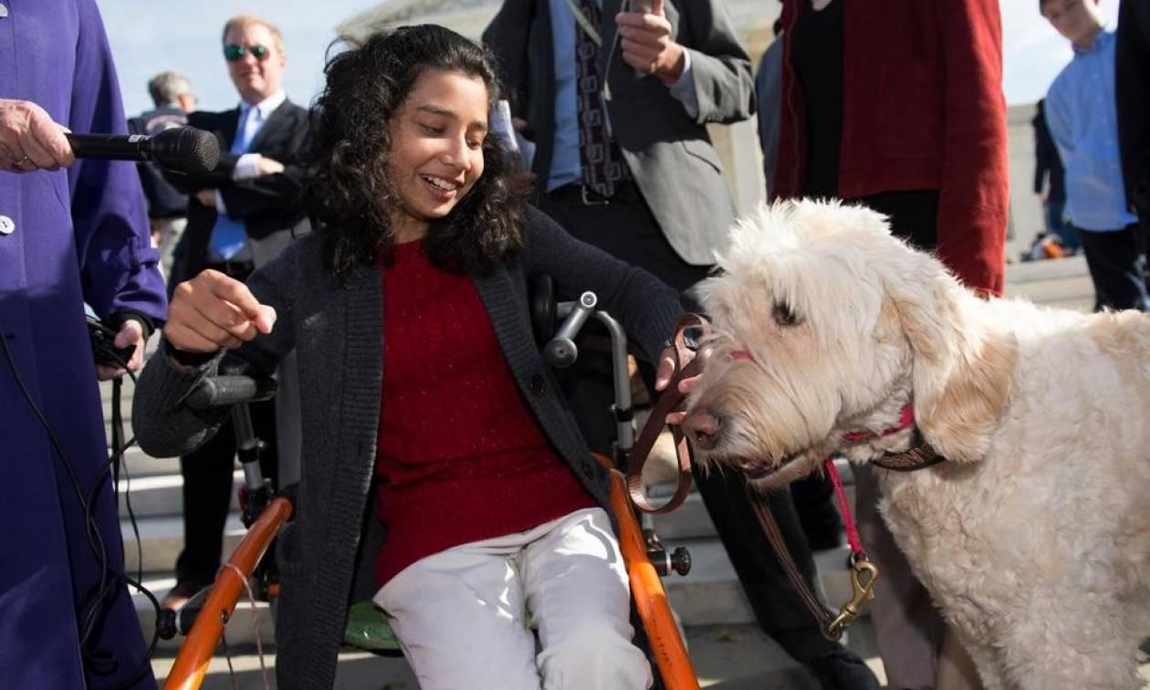 Απαγόρευσαν σε ανάπηρη μαθήτρια να παίρνει μαζί στην τάξη το σκύλο-συνοδό της (vid)