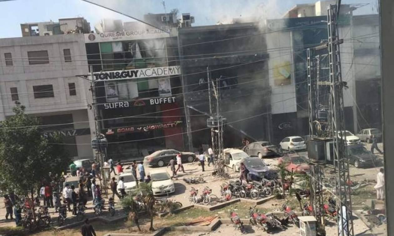 Μακελειό στο Πακιστάν: Έκρηξη βόμβας σε πολυσύχναστη αγορά της Λαχόρης (Vid)