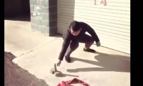Ξεκαρδιστικό! Ο άντρας προσπαθεί να ανάψει ένα πυροτέχνημα αλλά... (video)