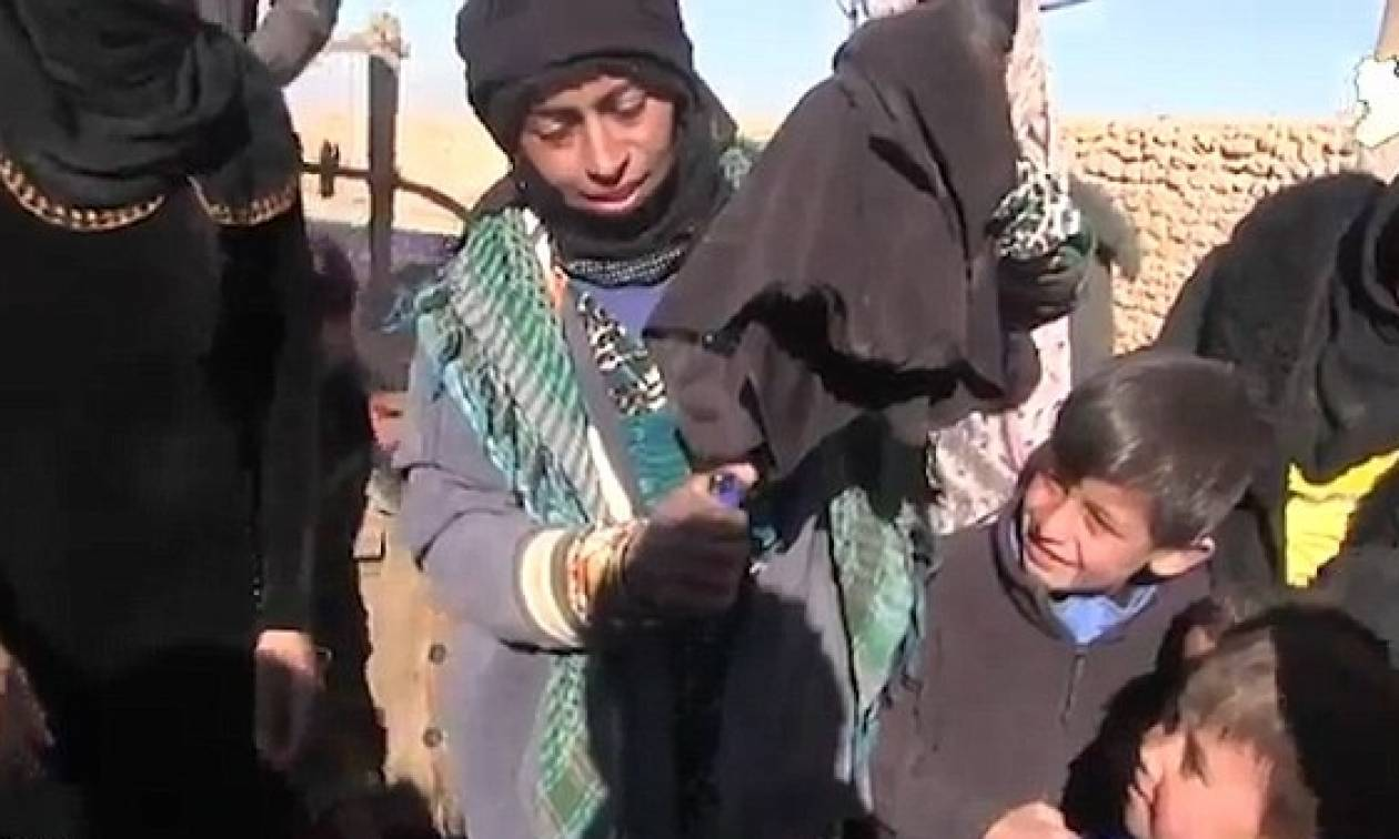 Μοσούλη: Πανηγυρίζουν την απελευθέρωση από το Ισλαμικό Κράτος καίγοντας τις μπούρκες τους (vid+pics)
