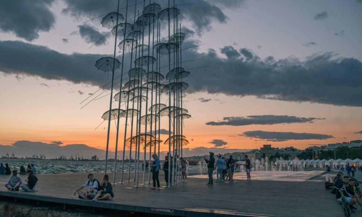 Αναστάτωση στη Θεσσαλονίκη με άνδρα που σκαρφάλωσε στις «Ομπρέλες»
