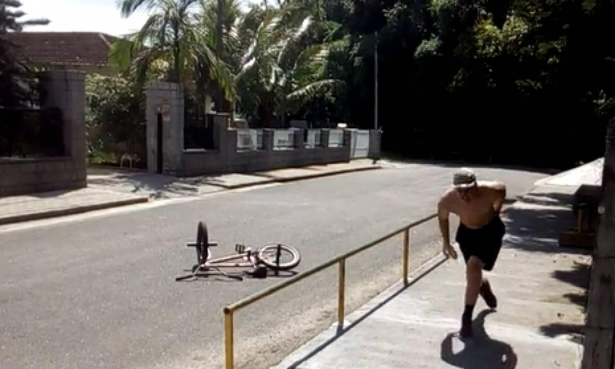 Επική πτώση: Πήγε να το παίξει μάγκας με το BMX και του μπήκε ο στύλος στα... οπίσθια (video)