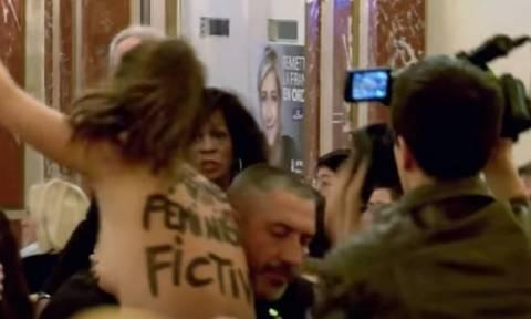 Γαλλία: Γυμνόστηθη Femen εισέβαλε σε εκδήλωση της Λεπέν - «Είσαι ψευτοφεμινίστρια» (vid)